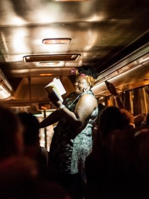 Espetáculo promove um encontro com a cidade em uma viagem de ônibus